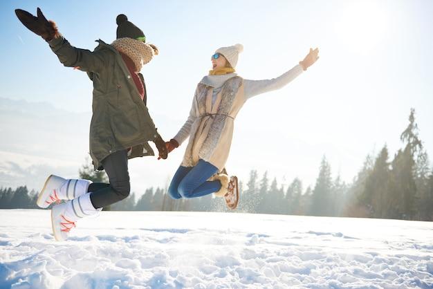 Zwei freundinnen springen so hoch Kostenlose Fotos