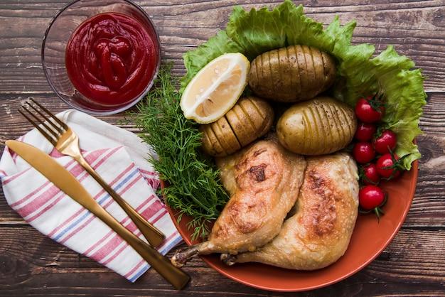 Zwei gegrillte Hühnerbeine mit Obst und Gemüse in der Schüssel Kostenlose Fotos