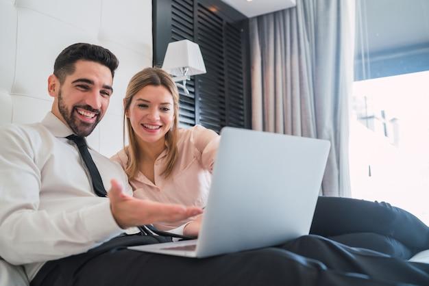 Zwei geschäftsleute, die zusammen an laptop arbeiten. Premium Fotos