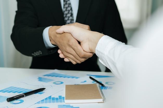 Zwei geschäftsmann investor handshake deal mit partner nach abschluss des geschäftstreffens Premium Fotos