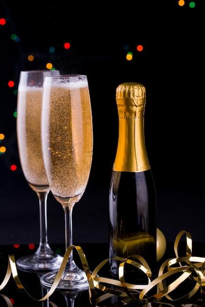 Zwei gläser champagner mit lichtern Premium Fotos