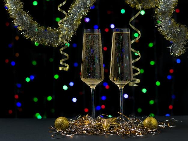 Zwei gläser gefüllt mit sekt mit weihnachtsdekoration. frohes neues jahr Premium Fotos
