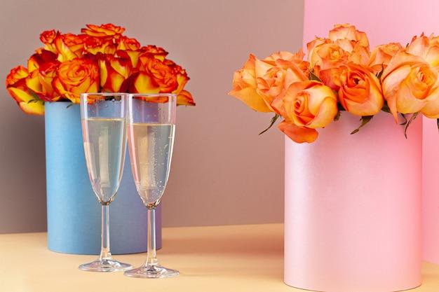 Zwei gläser mit champagner und rosenstrauß Premium Fotos