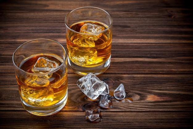Zwei gläser mit eis und whisky Premium Fotos