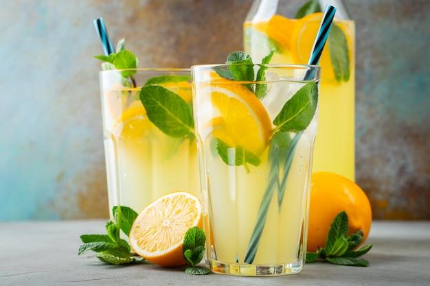 Zwei gläser mit limonade oder mojito-cocktail. Premium Fotos