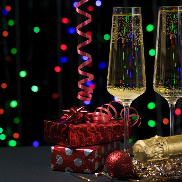 Zwei gläser sekt und weihnachtsgeschenke. konzept von weihnachten und neujahr. Premium Fotos