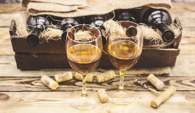 Zwei gläser weißwein Premium Fotos