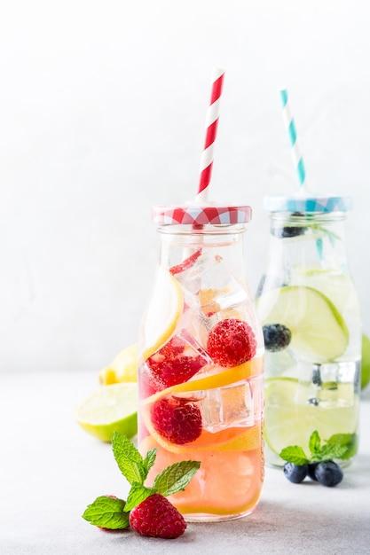 Zwei glasflaschen mit limonade Premium Fotos