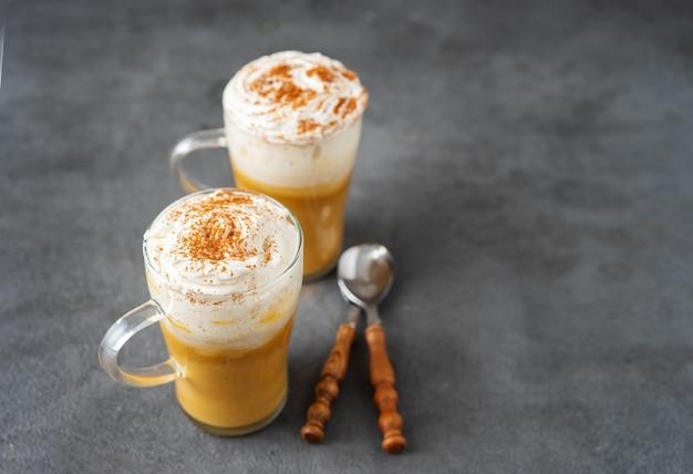 Zwei glasschalen mit gewürzkürbiscappuccino Premium Fotos