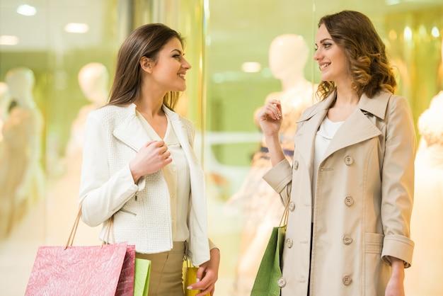 Zwei glückliche freunde ist im einkaufszentrum einkaufen. Premium Fotos