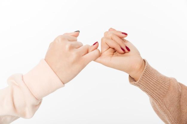 Zwei hände haken sich den kleinen finger Kostenlose Fotos