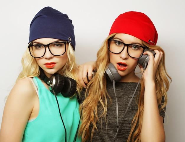 Zwei hippie-mädchen der besten freunde Premium Fotos
