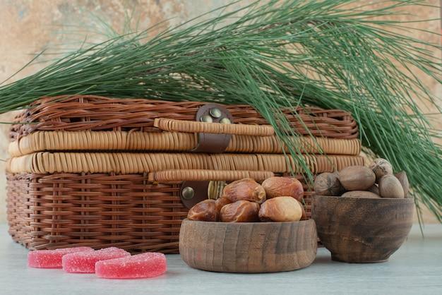 Zwei holzschalen mit getrockneten früchten und nüssen auf weißem hintergrund. hochwertiges foto Kostenlose Fotos