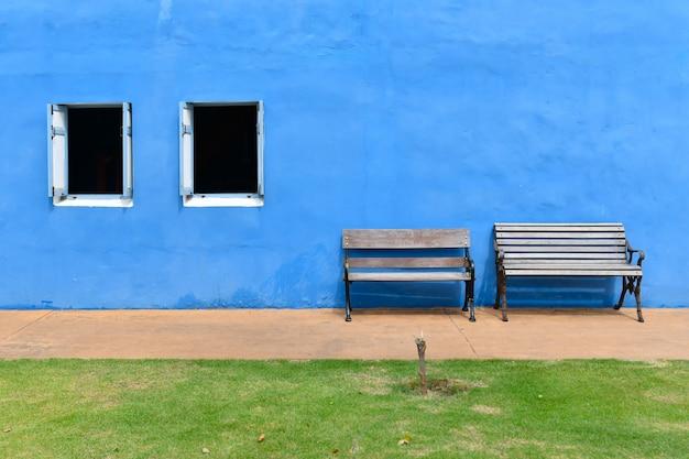 Zwei holzstühle vor der blauen putzwand Premium Fotos