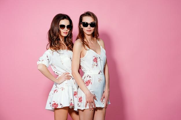 Zwei hübsche freunde im sommer sommerkleider Premium Fotos
