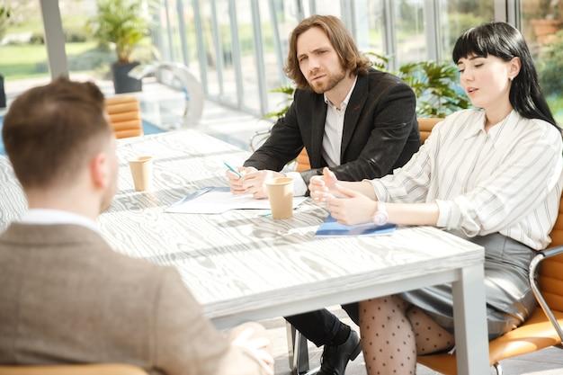 Zwei interviewer befragen einen kandidaten zu einem vorstellungsgespräch Premium Fotos