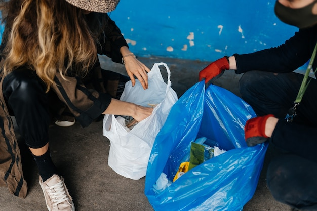 Zwei junge frauen, die müll sortieren. konzept des recyclings. kein verlust Kostenlose Fotos
