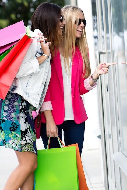 Zwei junge freunde, die zusammen kaufen Kostenlose Fotos