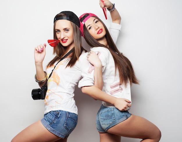 Zwei junge hübsche hipster-mädchen Premium Fotos