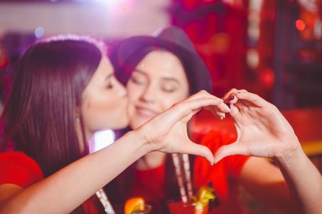Zwei junge lesben küssen sich Premium Fotos