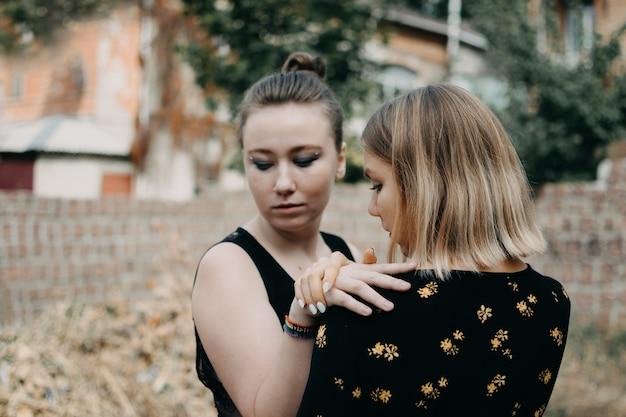 Zwei junge lesbenmädchen, die draußen umarmen. Premium Fotos