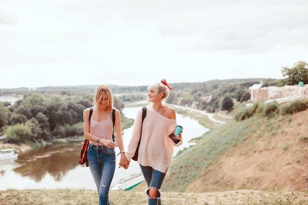 Zwei junge Mädchen Schwestern posiert auf der Straße Kostenlose Fotos