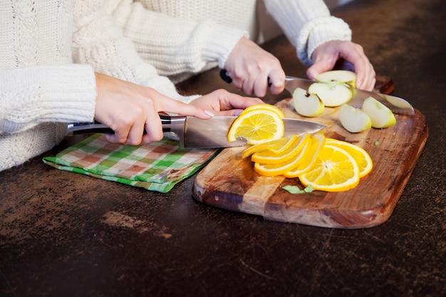 Zwei junge mädchen in der küche obst, gesunden lebensstil sprechend und essend Premium Fotos