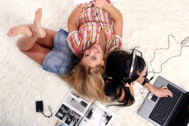 Zwei junge mädchen zu hause Kostenlose Fotos
