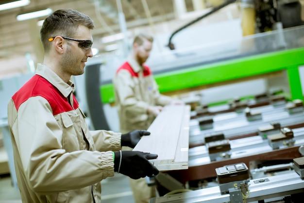 Zwei junge männer, die in der möbelfabrik arbeiten Premium Fotos