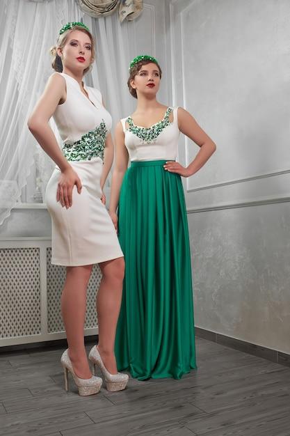 Zwei junge, schöne frau, brünette, blondine in weißen kurzen kleidern Kostenlose Fotos