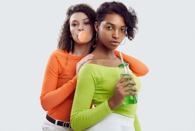 Zwei junge schöne frauen in der bunten sommerkleidung Premium Fotos