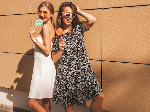 Zwei junge schöne lächelnde hippie-mädchen im modischen sommerkleid. Kostenlose Fotos