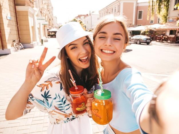 Zwei junge schöne lächelnde hippie-mädchen in der modischen sommerkleidung Kostenlose Fotos