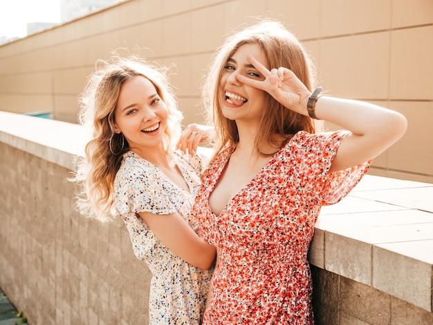 Junge Blonde Mädchen Haben Spaß Mit Schwanz