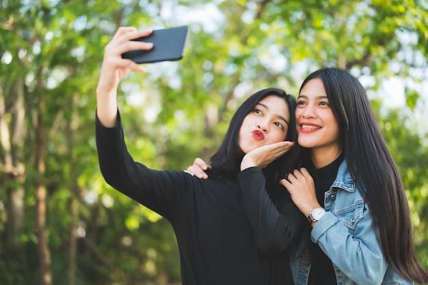 Zwei junge studenten machen ein selfie an der universität. Premium Fotos