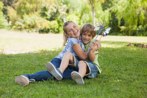 Zwei kinder mit den feuerrädern, die am park spielen Premium Fotos