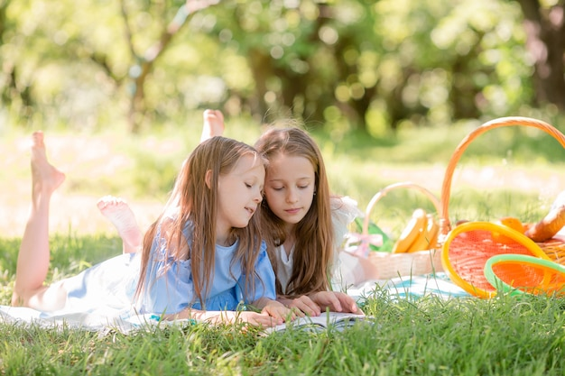 Zwei kleine kinder beim picknick im park Premium Fotos