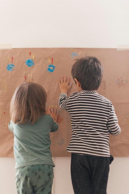 Zwei kleine kinder malen zusammen Kostenlose Fotos