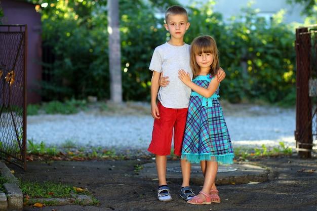 Zwei kleine kinder zusammen Premium Fotos
