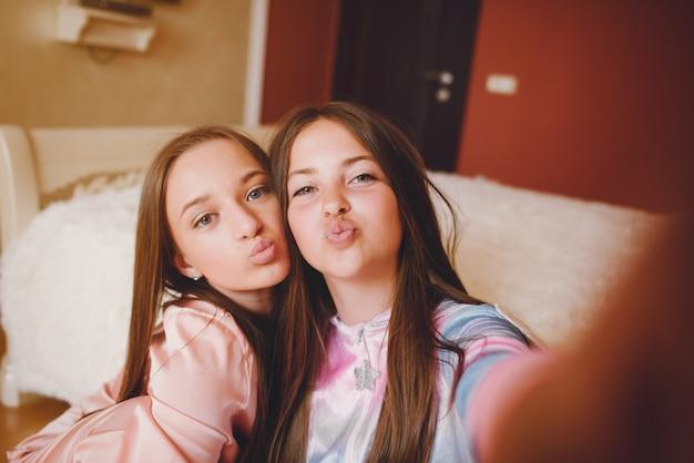 Zwei kleine mädchen in einem süßen pyjama Kostenlose Fotos