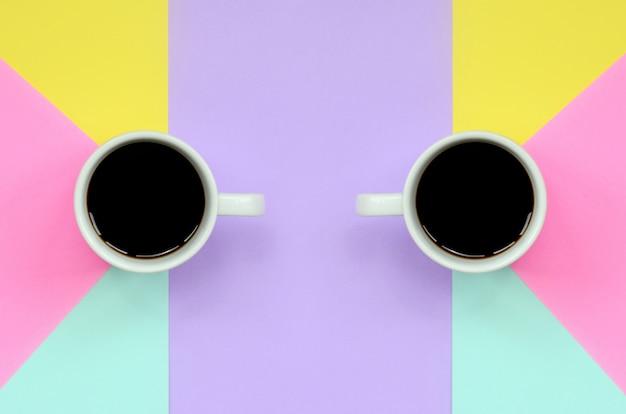 Zwei kleine weiße kaffeetassen auf beschaffenheitshintergrund Premium Fotos
