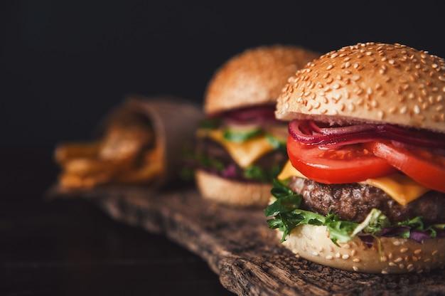 Zwei köstliche, köstliche hausgemachte burger zum hacken von rindfleisch Premium Fotos