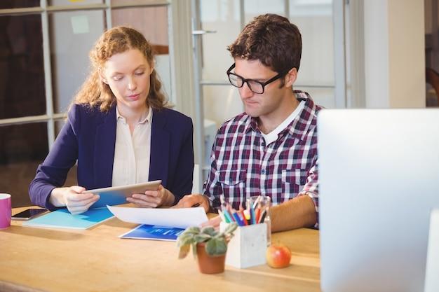Zwei kollegen arbeiten zusammen Premium Fotos