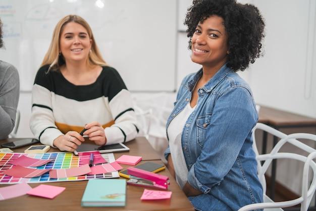 Zwei kreative partnerinnen diskutieren ideen Kostenlose Fotos