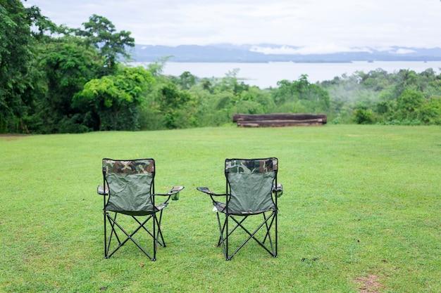Zwei leere klappstühle für outdoor-camping Premium Fotos