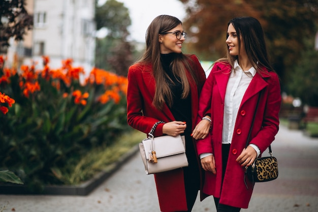 Zwei mädchen in roten mantelmodellen Kostenlose Fotos