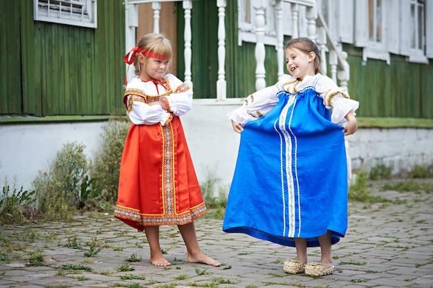 Zwei mädchen in trachten im russischen dorf Premium Fotos