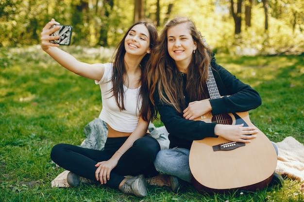 Zwei mädchen mit einer gitarre Kostenlose Fotos