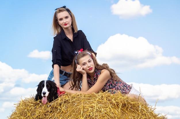 Zwei mädchen mit hunden Premium Fotos