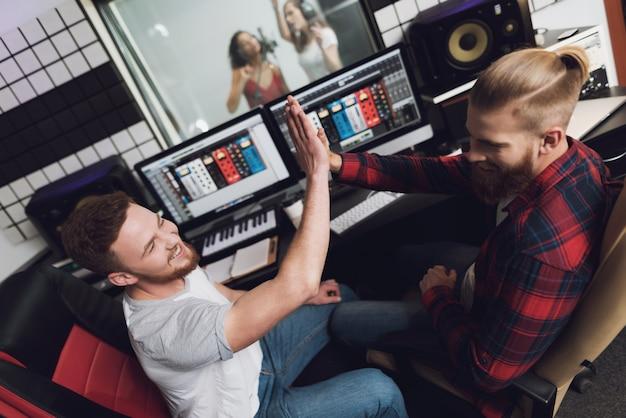 Zwei mädchen singen im tonstudio. Premium Fotos
